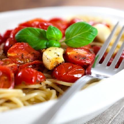 Паста с чери доматчета и пресен босилек